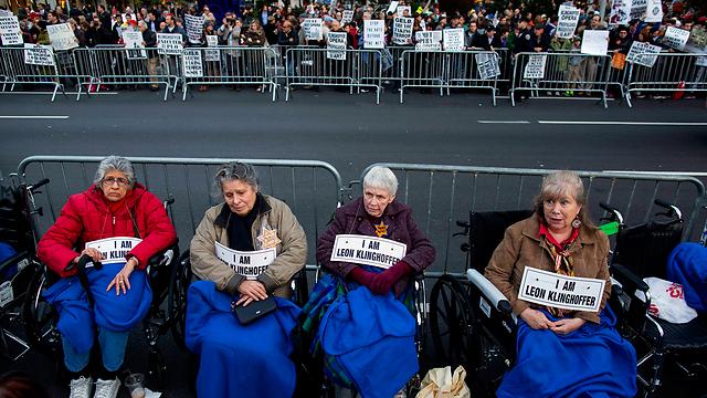"""""""אני קלינגהופר"""". המחאה מחוץ לבניין המטרופוליטן (צילום: AP) (צילום: AP)"""