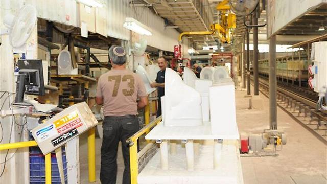 עובדים במפעל חרסה (צילום: הרצל יוסף) (צילום: הרצל יוסף)