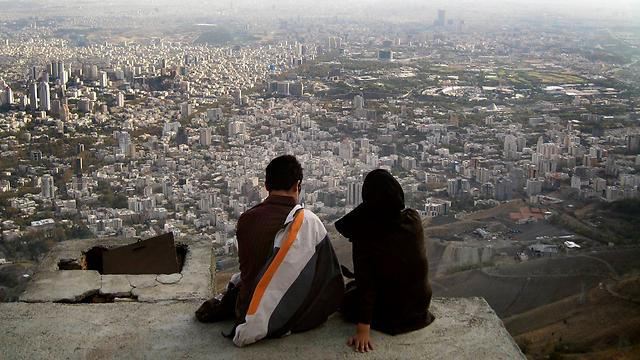 """""""למה שהבעל לא ישטוף כלים?"""". זוג אוהבים בטהרן (צילום: רויטרס) (צילום: רויטרס)"""