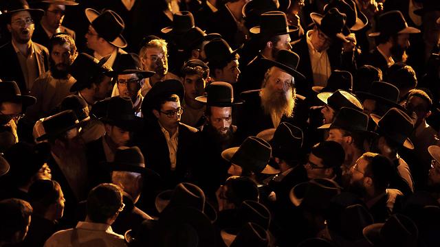 Hundreds at Haya Zissel Braun's funeral (Photo: AFP)