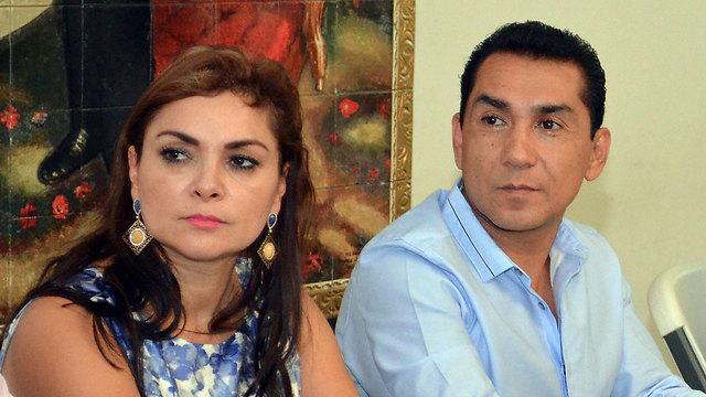 ראש העיר איגואלה, חוסה לואיס אבראקה, ורעייתו מריה דה לוס אנחלס פינדה וייה (צילום: AP) (צילום: AP)