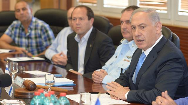Netanyahu at police headquaters (Photo: GPO)