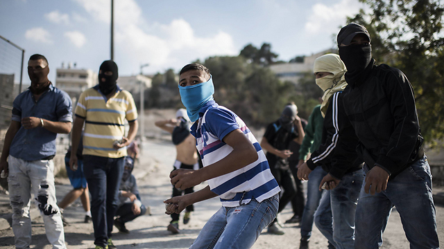 Palestinians throw stones in east Jerusalem (Photo: Getty Images) (Photo: Getty Images)