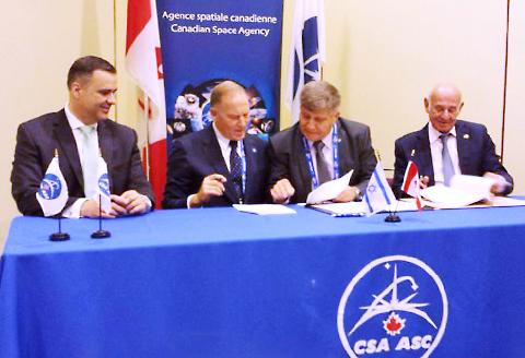 פרי וקידרון חותמים על ההסכם עם עמיתיהם הקנדיים. צילום: הקונסוליה הישראלית בטורונטו ()
