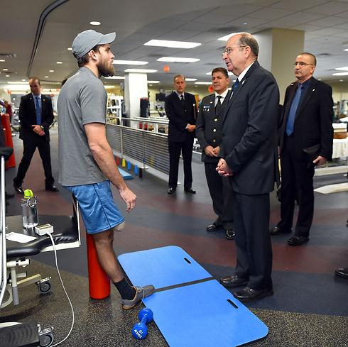 Ya'alon visiting US military hospital (Photo: Ariel Hermoni)