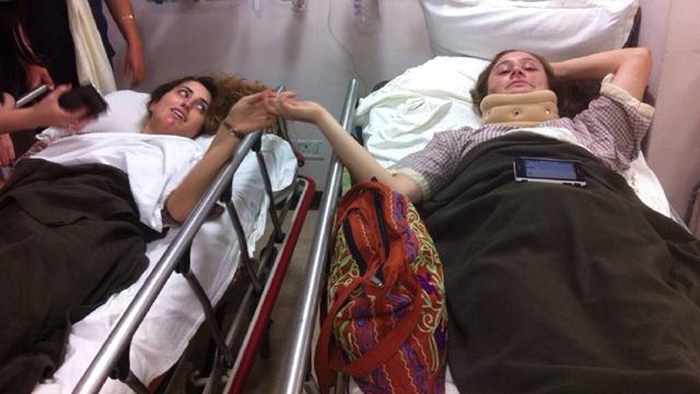 הפצועות עינב אטיאס ומיכל אלרואי בבית החולים (צילום: דניאל אדלסון) (צילום: דניאל אדלסון)