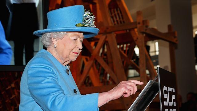 המלכה אליזבת. שוב ליד דיאנה (צילום: AFP) (צילום: AFP)