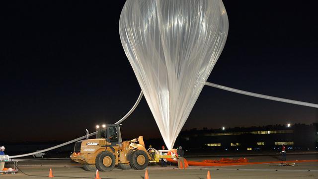 """מתקן ההמראה ל""""קצה החלל"""" - בלון הליום ענק (צילום: EPA) (צילום: EPA)"""