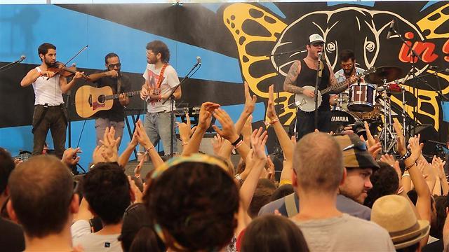 אוסוג על הבמה (צילום: גילעד מנו ) (צילום: גילעד מנו )