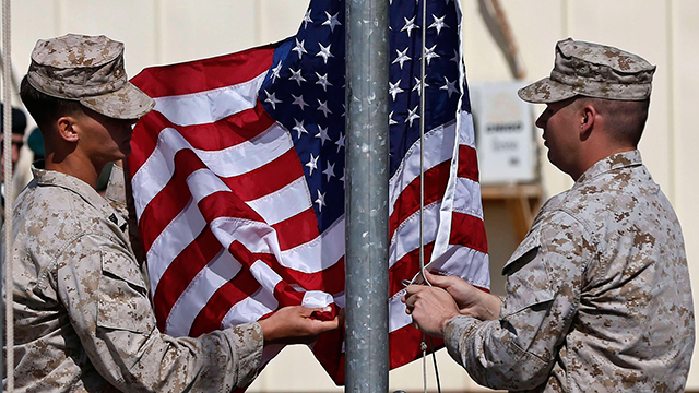"""צבא ארה""""ב קיפל את הדגל ונסוג מאפגניסטן ומעיראק. בסיס בהלמאנד, אפגניסטן (צילום: רויטרס) (צילום: רויטרס)"""