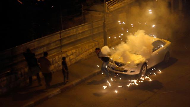 פלסטיני בסילוואן בורח מרימון הלם של המשטרה (צילום: רויטרס) (צילום: רויטרס)