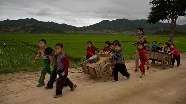 ילדים סוחבים עגלות במחוז האמגיונג (צילום: AP)