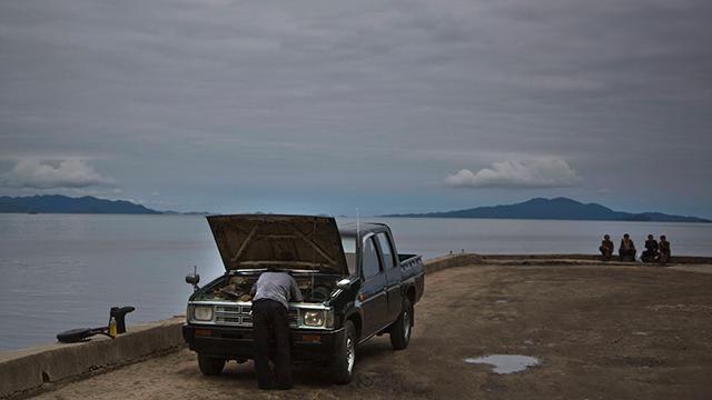תושב וונסאן מטפל ברכבו (צילום: AP)