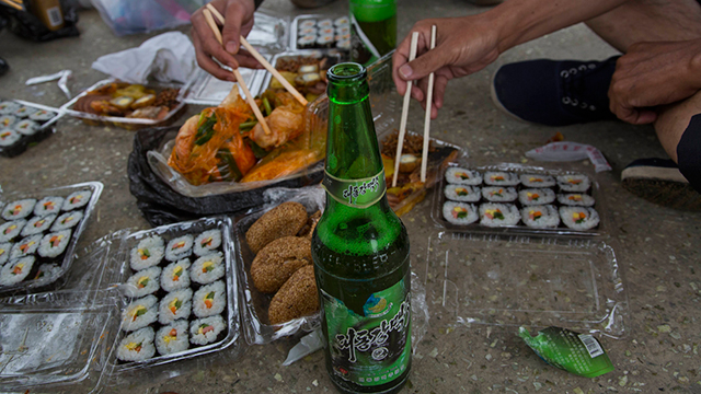 גימבאפ ובירה בפיקניק במחוז חוואנגחאייה (צילום: AP)