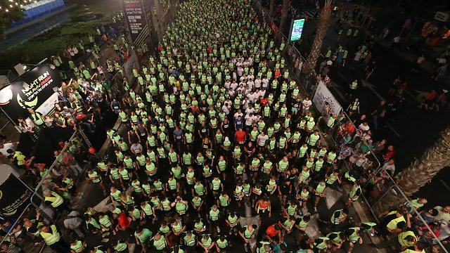 Runners depart from Rabin Square (Photo: Tzvika Tishler)