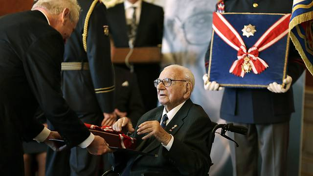 Sir Nicholas Winton recieves the Czech Republic's highest state honor for his help saving hundreds of Jewish children from Nazi death camps. (Photo: AP) (Photo: AP)