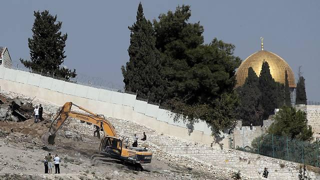 Bulldozer tears down Palestinian sheds in East Jerusalem neighborhood of Silwan (Photo: AFP) (Photo: AFP)