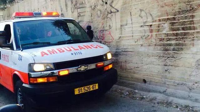 אמבולנס בשכונה במזרח ירושלים ()