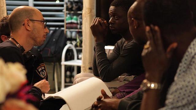 """נעם קפלן ושחקניו האפריקאים בצילומי """"מנפאואר"""" (צילומים: ורד אדיר) (צילום: ורד אדיר) (צילום: ורד אדיר)"""