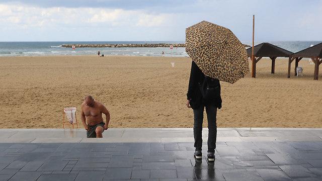 Rain suprises beachgoers (Photo: Yaron Brenner)