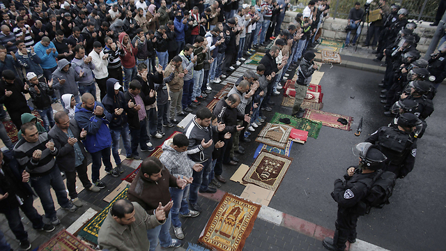 Security forces face Muslim worshipers in Jerusalem's Old City (Photo: AFP)