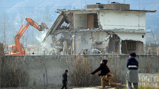 הורסים את המתחם שבו חוסל בן-לאדן בפקיסטן (צילום: AFP) (צילום: AFP)