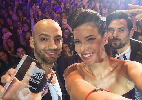 Raichel poses for a selfie with the award ceremony's hosts