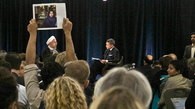 מפגין עם תמונתה של גבאמי במהלך ראיון של נשיא איראן רוחאני לעיתונאי האמריקני פריד זקרייה (צילום: AP) (צילום: AP)