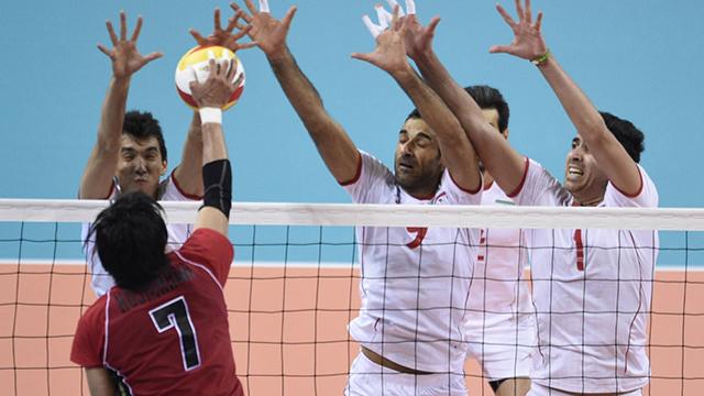 לא לבושים? שחקני נבחרת הכדורעף של איראן נגד יפן במשחק הגמר במשחקי אסיה (צילום: AFP) (צילום: AFP)