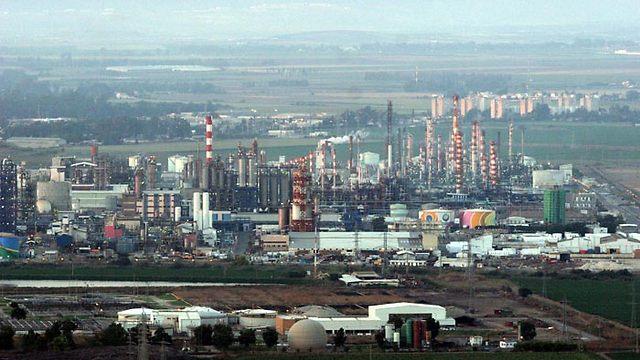 מפעל כימי באזור המפרץ (צילום: אלעד גרשגורן)