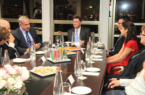 משפחת סער בפרידה מראש הממשלה (צילום: דוברות הכנסת) (צילום: דוברות הכנסת)