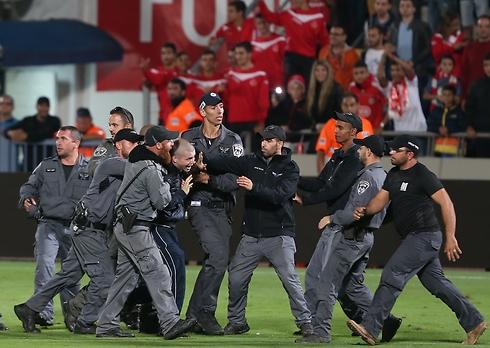 המשטרה עוצרת מתפרעים (צילום: אורן אהרוני) (צילום: אורן אהרוני)
