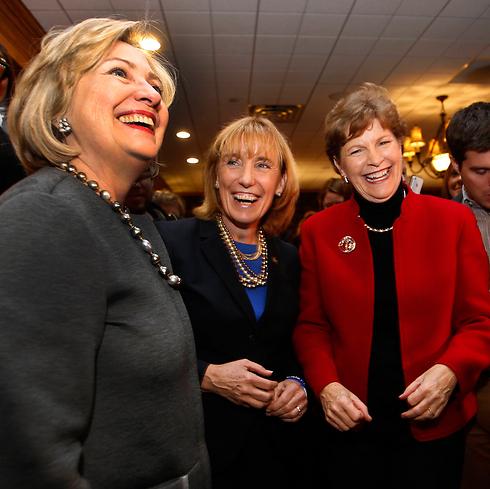 הילרי קלינטון עם הסנאטורית ג'ין שאהין מועמדת הדמוקרטים בניו המפשייר (צילום: AP) (צילום: AP)