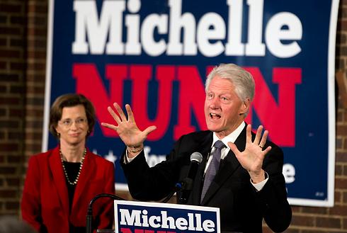 הקלינטונים בפוש אחרון. הנשיא לשעבר ביל והמועמדת מישל נאן  (צילום: AP) (צילום: AP)