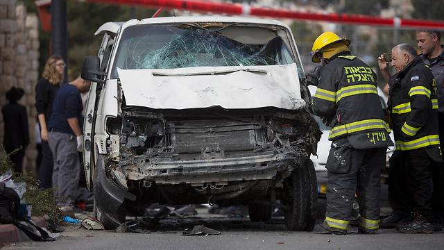 הרכב אחרי פיגוע הדריסה. הפצוע רכב ככל הנראה על אופניים (צילום: AP) (צילום: AP)