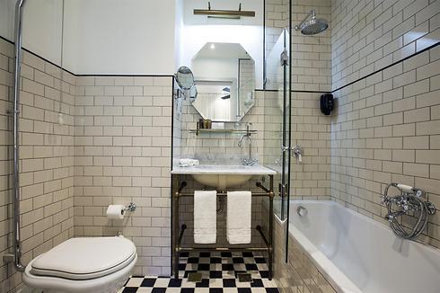 חדר האמבטיה. כובש (צילם: נתן דביר) (צילם: נתן דביר)