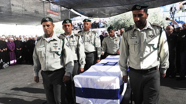 """ארונו של רפ""""ק אסעד נישא על ידי שישה קציני מג""""ב (צילום: אביהו שפירא) (צילום: אביהו שפירא)"""