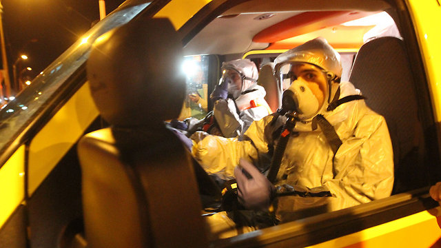 """גז חסר צבע. צוותי מד""""א מתמגנים (צילום: עידו ארז)"""