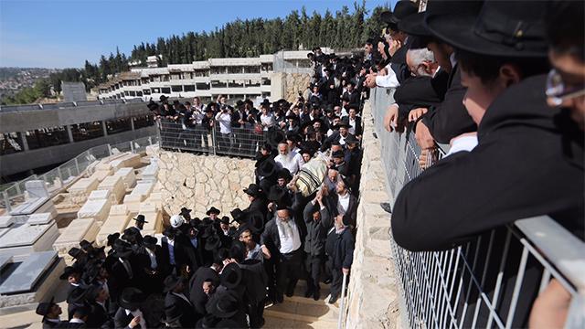 Chief Rabbi Yitzhak Yosef speaks at funeral (Photo: Motti Kimchi)