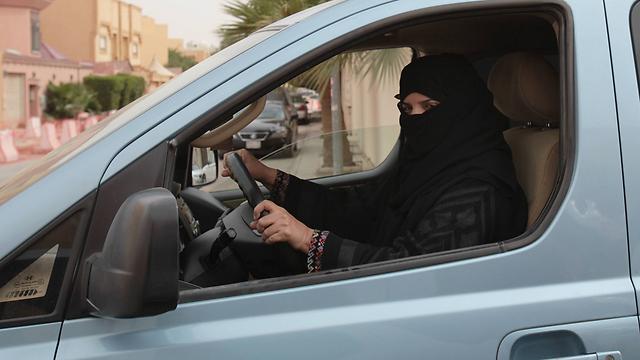 לנהוג בלי גבר באוטו יותר רק בתחומי העיר. נהגת סעודית (צילום: AP) (צילום: AP)