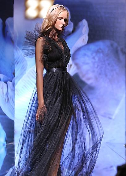 """""""השמלה שעיצבתי עבור התערוכה היא פנטזיה. שמלה שנולדה מהזיכרונות שלי מאמא שלי"""". העיצוב של אבי טנצר (יקי הלפרין) (יקי הלפרין)"""