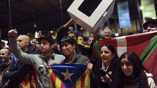 הקטלונים התומכים בעצמאות חוגגים (צילום: AFP) (צילום: AFP)