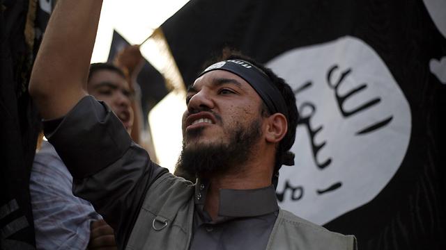 מתנגדיהם מסתתרים או שברחו מהעיר. תומכי דאעש בעיר הלובית דארנה (צילום: AP) (צילום: AP)