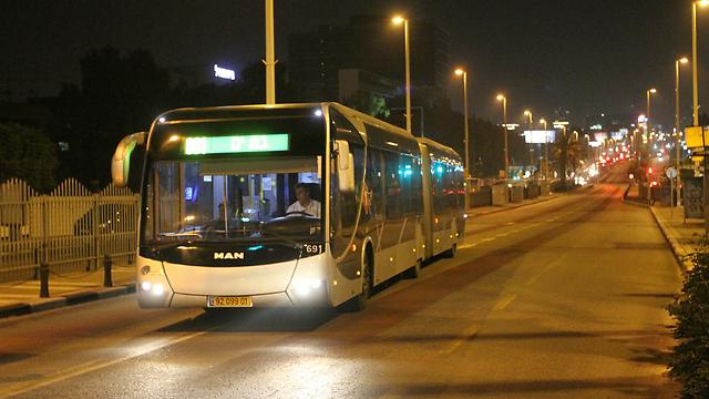"""האוטובוס האחרון ב""""ציר המוות"""", אמש (צילום: עידו ארז) (צילום: עידו ארז)"""