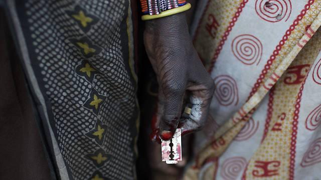 חותכים את הדגדגן עם אביזרים מאולתרים, בהם תערים, זכוכית שבורה ומספריים (צילום: רויטרס) (צילום: רויטרס)