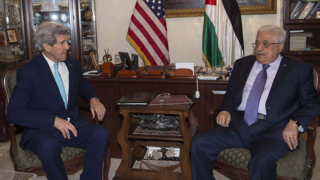 Kerry pressing Abbas to calm tensions (Photo: AFP)