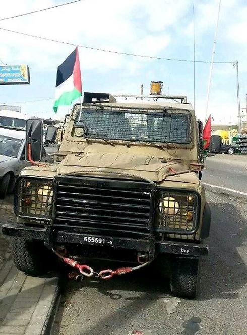 רכב צבאי עם דגל פלסטיני בחיזמה ()