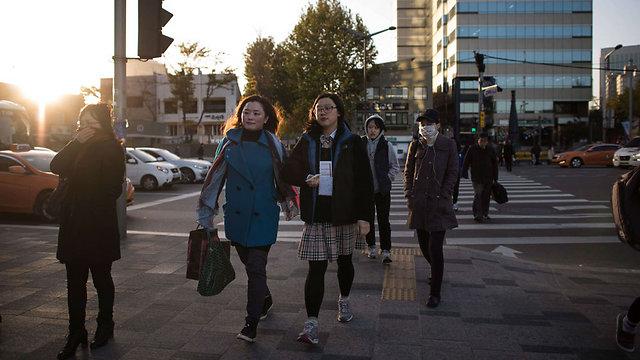 תלמידים מגיעים למבחן בשעת בוקר מוקדמת, השבוע (צילום: AFP )
