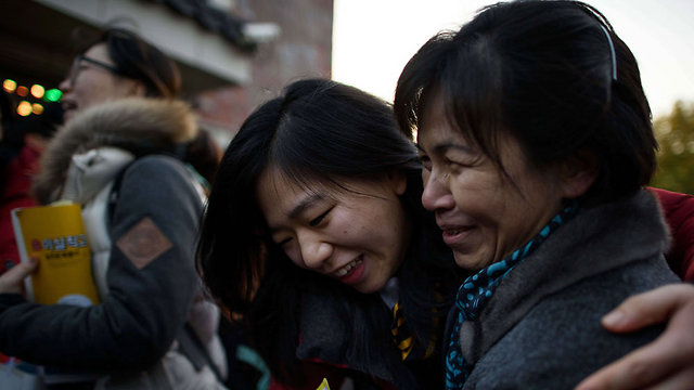 מחוץ למרכז הבחינות (צילום: AFP )