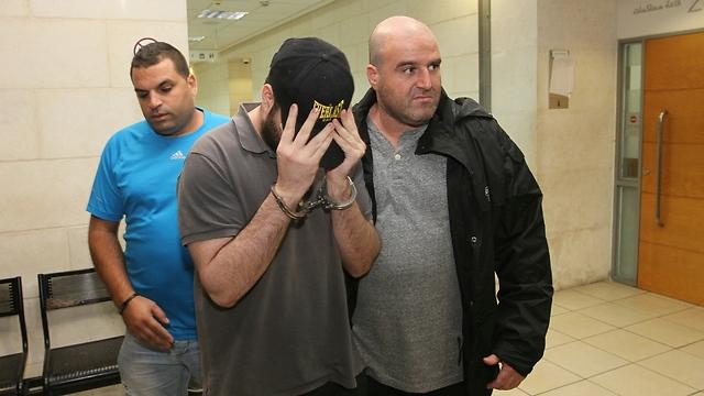 אחד החשודים בבית המשפט (צילום: עידו ארז) (צילום: עידו ארז)